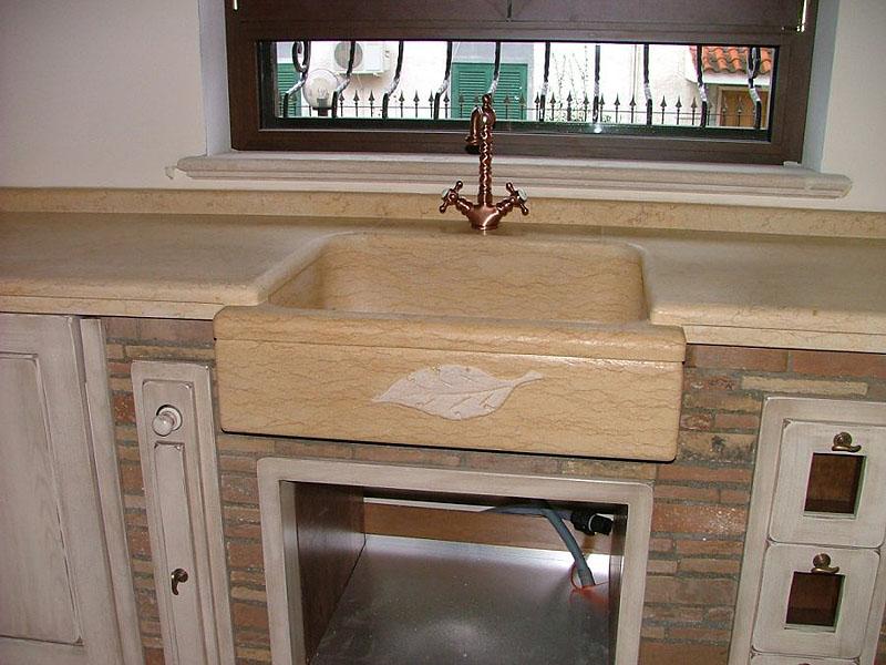 Cucina in muratura con piano in marmo transappenninica - Piano cucina in muratura ...